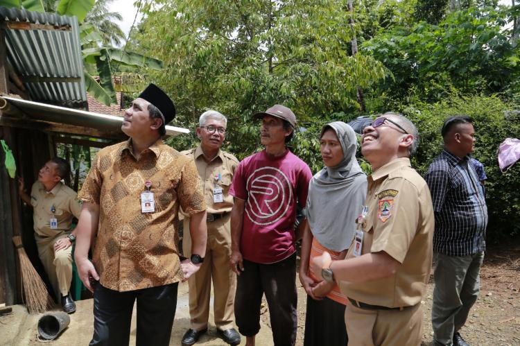 Dikunjungi Wagub, Mahmud Cerita Rumahnya yang Ambruk Tertimpa Pohon