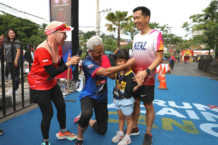 Dukung Penyintas Kanker, Ganjar dan Atikoh Lari 10 Km