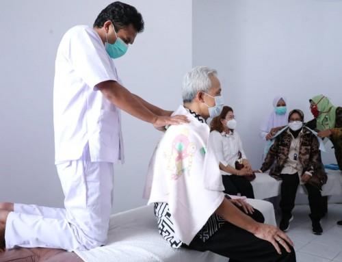 Momen Ganjar-Risma Kompak Borong Kerajinan dan Jajal Terapis Disabilitas